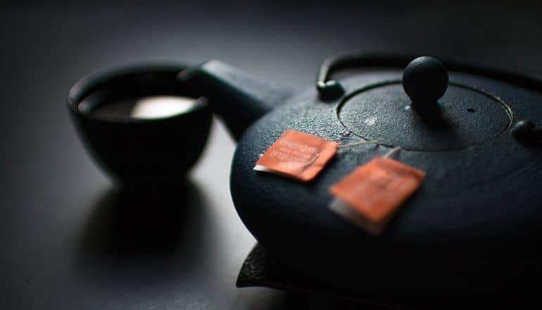 kettle steeping green tea